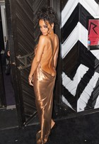 Decotão de Rihanna deixa bumbum da cantora à mostra