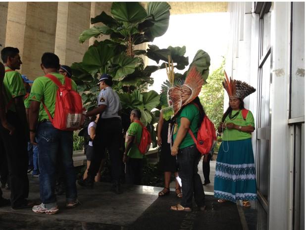 Índios fazem manifestação no Palácio da Justiça, sede do Ministério da Justiça, em Brasília (Foto: Priscilla Mendes/G1)