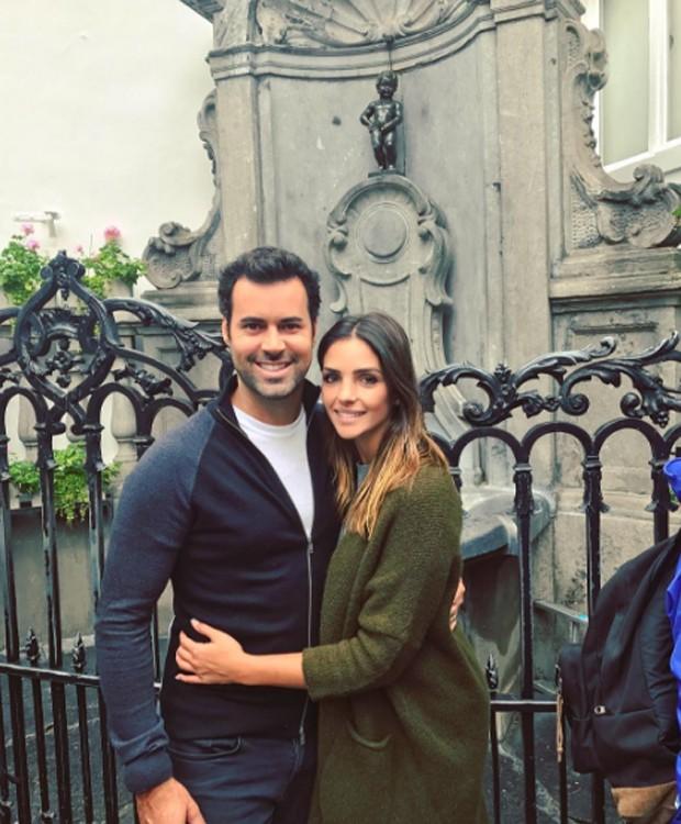 Carol Celico e Eduardo Scarpa no Manneken Pis, em Bruxelas, na Bélgica (Foto: Reprodução/Instagram)