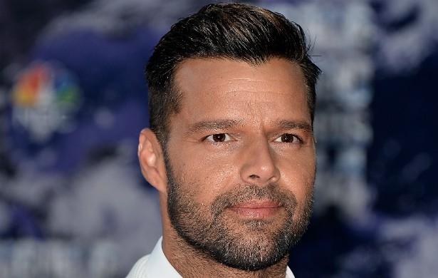 """Em 2010, Ricky Martin finalmente assumiu a homossexualidade. O cantor, hoje com 42 anos, cria sozinho dois meninos que vieram ao mundo via """"barriga solidária"""" (também conhecida como """"barriga de aluguel""""). (Foto: Getty Images)"""