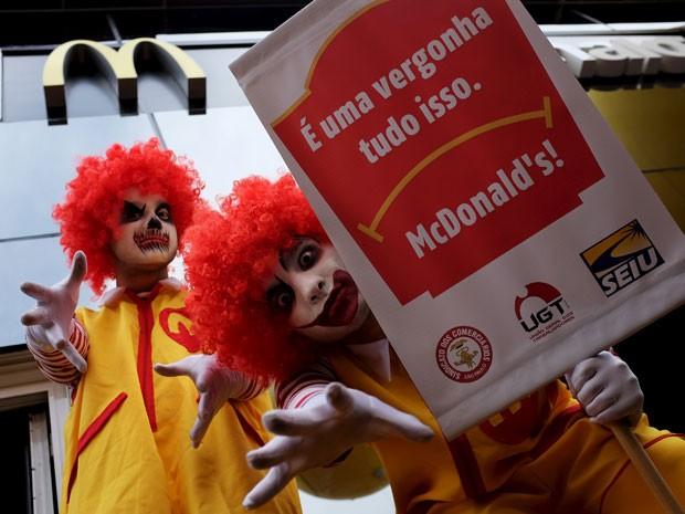 Homens vestidos de Ronald McDonald protestam em frente à lanchonete da Avenida Paulista (Foto: Reuters)