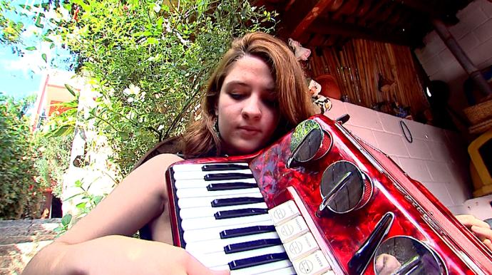 Vitória Faria tem 18 e é uma apaixonada pela música (Foto: reprodução EPTV)