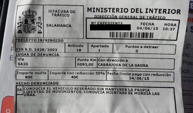 Motorista foi multado em 80 euros após ser flagrado roendo as unhas enquanto dirigia (Foto: Reprodução/Twitter/Salamanca24horas)