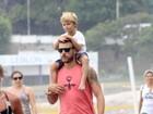 Rodrigo Hilbert leva os filhos a praia e joga vôlei