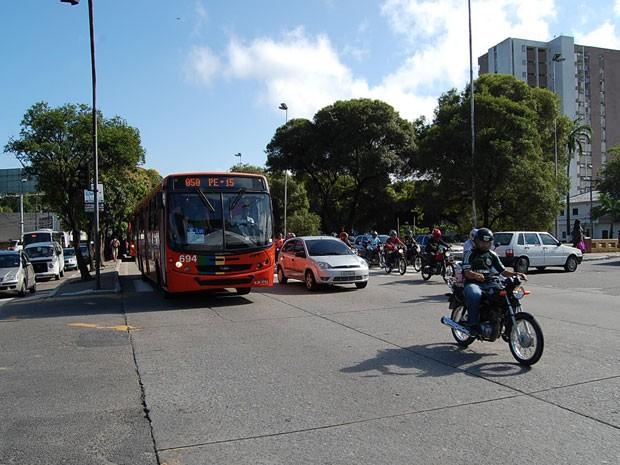 Agamenon Magalhães, uma das principais artérias do Recife, mistura os problemas vistos em outras partes da Região Metropolitana (Foto: Luna Markman / G1)