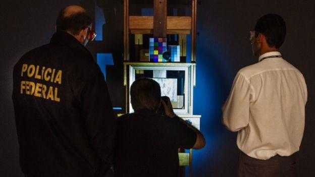 Equipe da PF faz registro fotográfico de obra para verificação de autenticidade (Foto: Marcio Pimenta Foto Series)