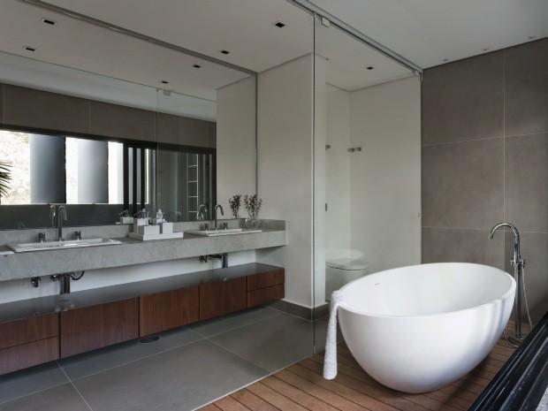 Banheiro do casal. A banheira da Vallvé fica sobre deque de itaúna em área que pode ser fechada (Foto: Alain Brugier / Divulgação)