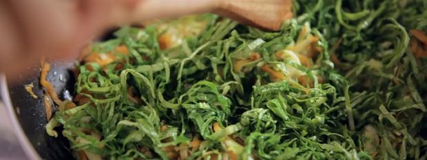 Abobrinha e cenoura ralada com folha de mostarda refogada: receita da Bela Gil para o Bela Cozinha (Foto: Divulgao/GNT)