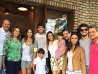 Almoço em família! Kaká e Carol Celico almoçam com os filhos