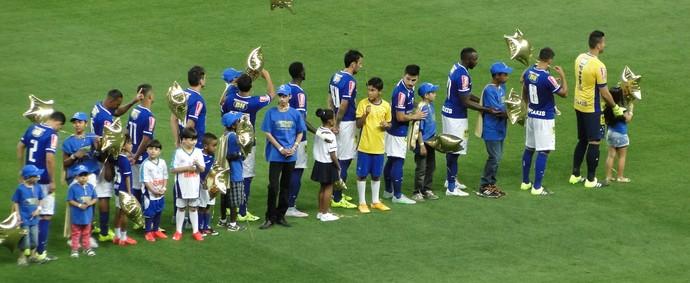 Jogadores do Cruzeiro entram em campo com crianças que lutam contra o câncer (Foto: Marco Astoni)