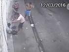 Família de homem assassinado em Manaus realiza protesto em delegacia
