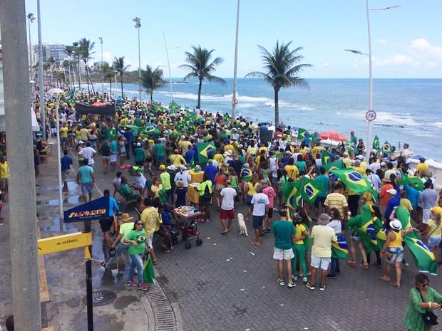 Caminhada na orla da Barra, em Salvador (Foto: Maiana Belo/G1)
