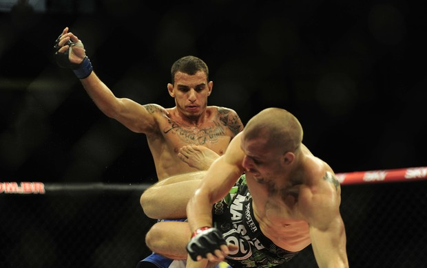 Renato Moicano em ação contra Tom Niinimaki - UFC Barueri (Foto: Marcos Ribolli)