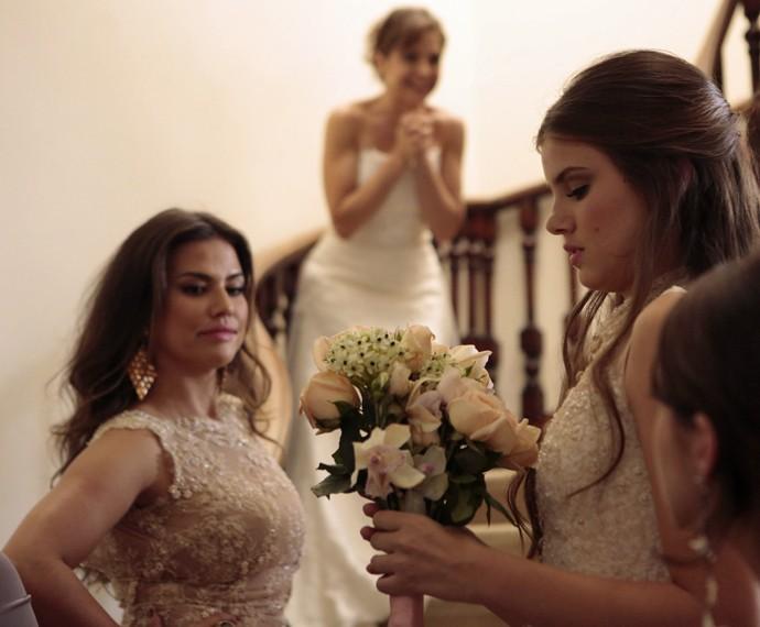 Angel pega o buquê e Viviane fica com inveja (Foto: Felipe Monteiro/ Gshow)
