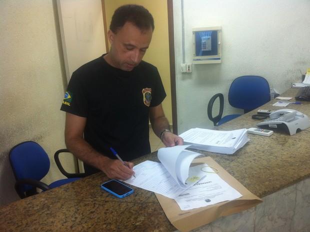 Delegado da Polícia Federal, Cristiano Campidelli, despacha inquérito das fases 3 e 4 da Operação Mar de Lama em Governador Valadares (MG). (Foto: Sávio Scarabelli/G1)