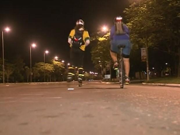 Patinador Guto Ziller, que decidiu percorrer os 200 quilômetros que separam Brasília e Goiânia para entregar carta de incentivo à seleção brasileira (Foto: TV Globo/Reprodução)