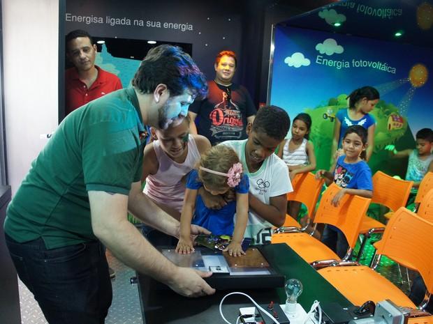 Alunos acompanham apresentação e experiências no caminhão (Foto: Assessoria/ Energisa Mato Grosso)