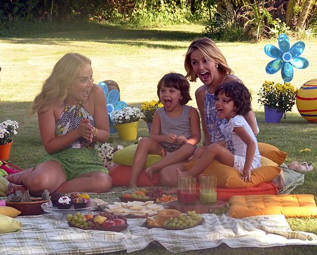 Angélica se diverte com as gêmeas Beatriz e Sofia (Foto: Estrelas/TV Globo)