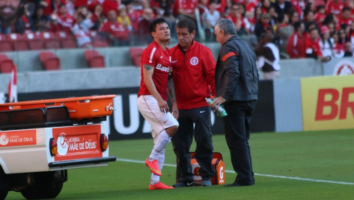 Aránguiz se lesiona contra o Flamengo (Foto: Diego Guichard)