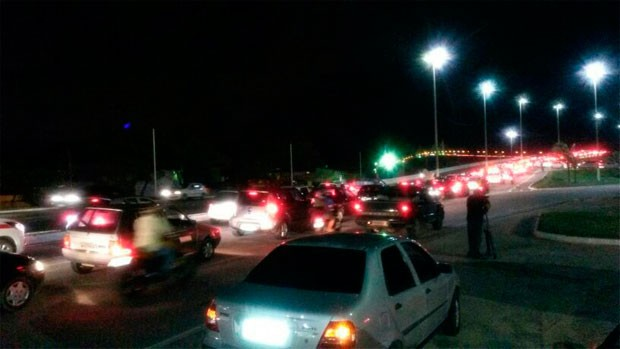 Tráfego foi interrompido na ponte Newton Navarro, na zona Leste de Natal (Foto: Muriú Mesquita/G1)