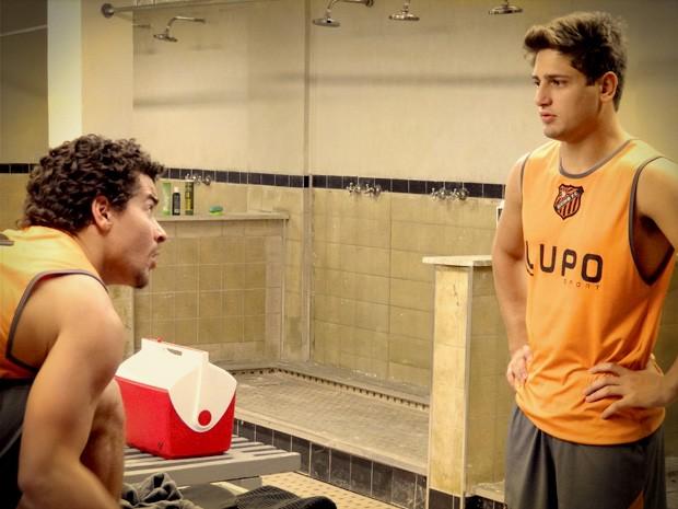 Roni chega perto de dizer o que sente para o amigo  (Foto: Avenida Brasil / Tv Globo)