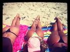 Jaque Khury bronzeia o bumbum com as amigas na praia