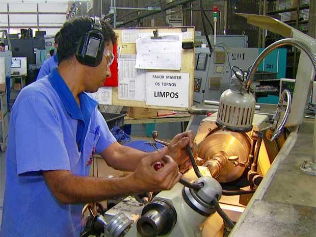 Técnico opera máquina em fábrica de peças de avião em Hortolândia (Foto: Reprodução EPTV)