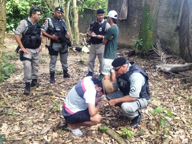 Pai de jovem encontrado morto sendo consolado pelo policial militar  (Foto: Walter Paparazzo/G1)