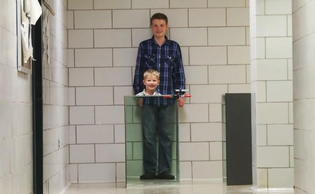 """Com ajuda do filho de 14 anos, cientista John Howell cria espécie de """"capa da invisibilidade"""" (Foto: Reprodução)"""
