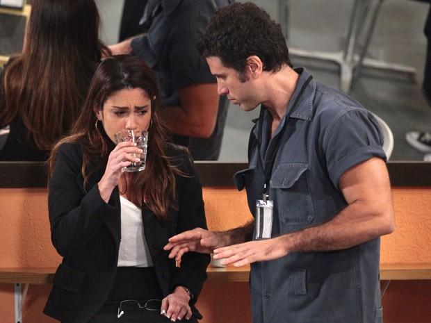 Ulisses é carinhoso diante do sofrimento de Lucilene (Foto: Guerra dos Sexos / TV Globo)