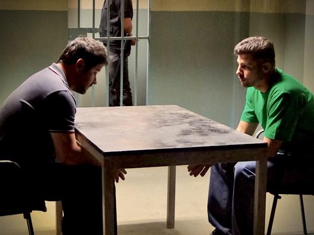 Jorginho abre o jogo com Tufão e conta que Max é seu pai biológico (Foto: Avenida Brasil/TV Globo)