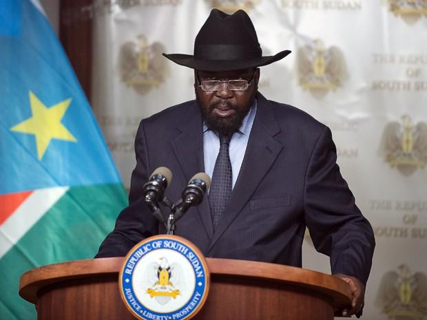 O presidente do Sudão do Sul, Salva Kiir, faz um pronunciamento à nação em Juba, na terça (15) (Foto: AFP Photo/Charles Atiki Lomodong)