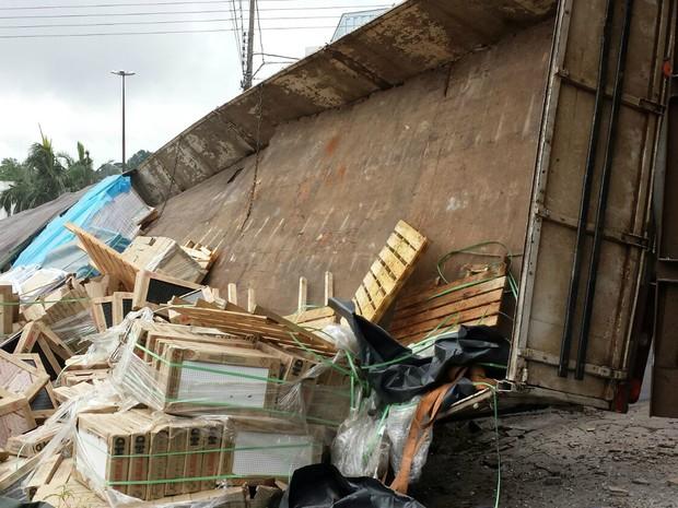 Carregamento de cerâmica ficou espalhado na avenida (Foto: Arquivo Pessoal)