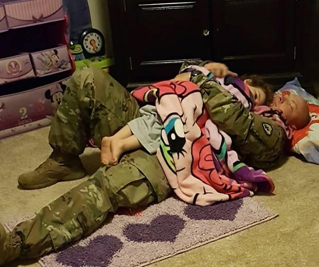 Pai e filha em momento de amor (Foto: Reprodução - Facebook)