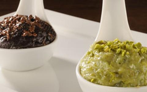 Brigadeiro em duas versões: de chocolate e pistache