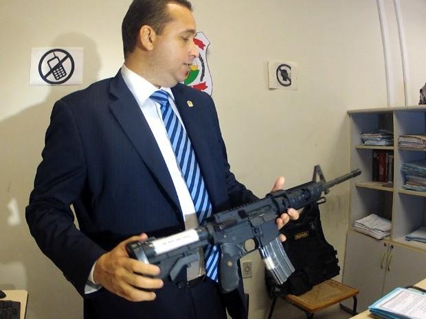 Fuzil foi apreendido em veículo de policial afastado (Foto: TV Verdes Mares/Reprodução)