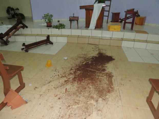 Imagens sagradas foram quebradas pelo rapaz, que teve um 'acesso de fúria' (Foto: Ponto da Notícia)