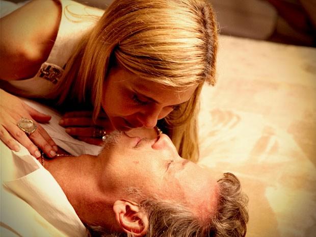 Emocionada, Carminha dá o último beijo em seu amante (Foto: Avenida Brasil / TV Globo)