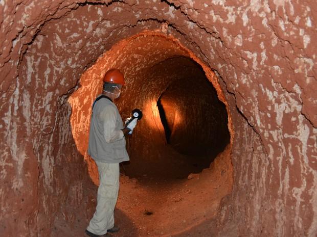 Após passar pela apertada entrada, caverna se expande em todas as dimensões (Foto: Mary Porfiro/G1)