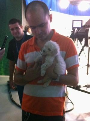 Bruno resgatou e adotou o cãozinho no fim de semana (Foto: Fernando Lopes/G1)