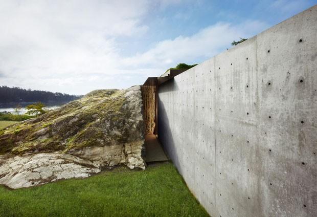 Casa encravada na pedra tem curioso contraste (Foto: OK/Divulgação)