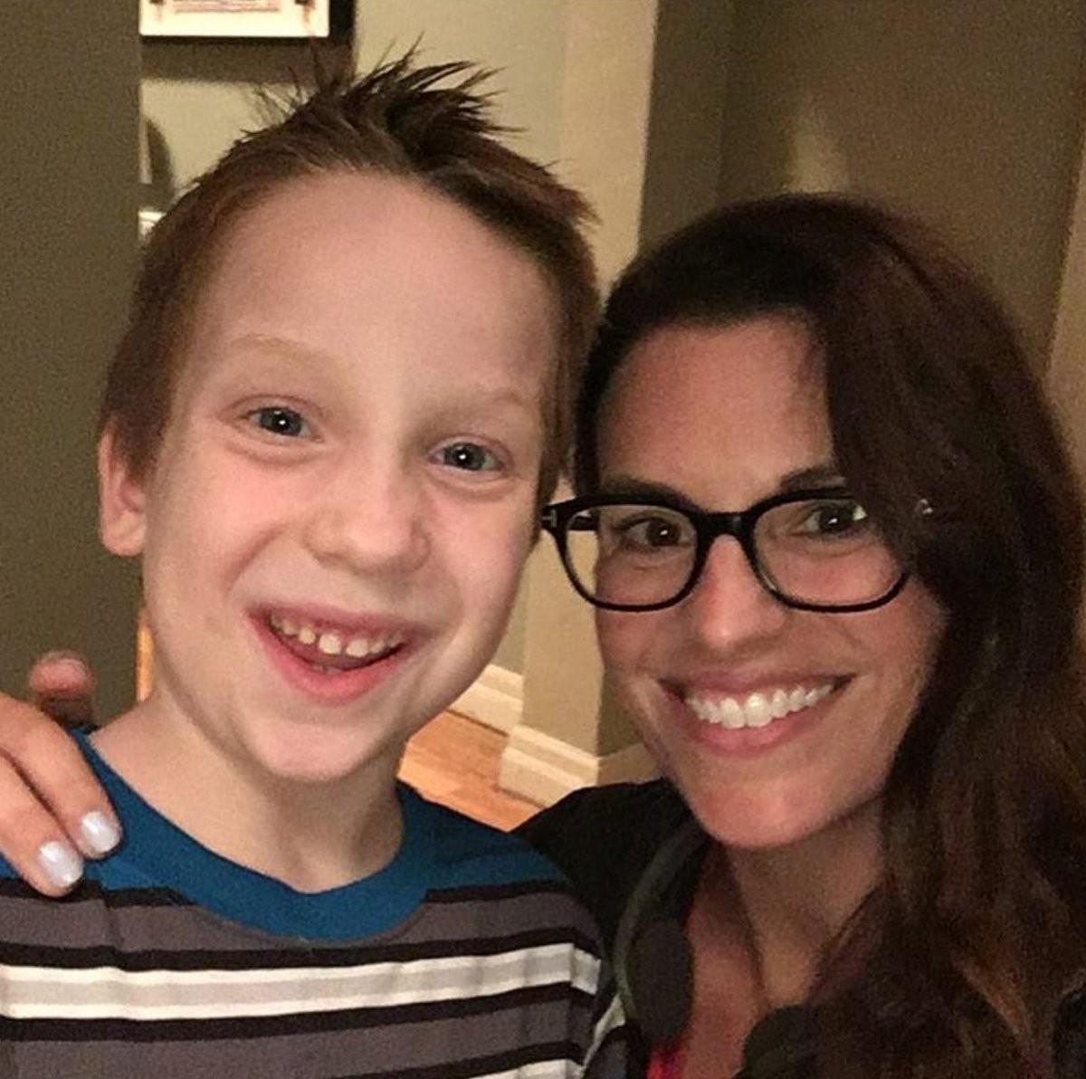 Jackson com a diretora da série (Foto: Reprodução/Twitter)