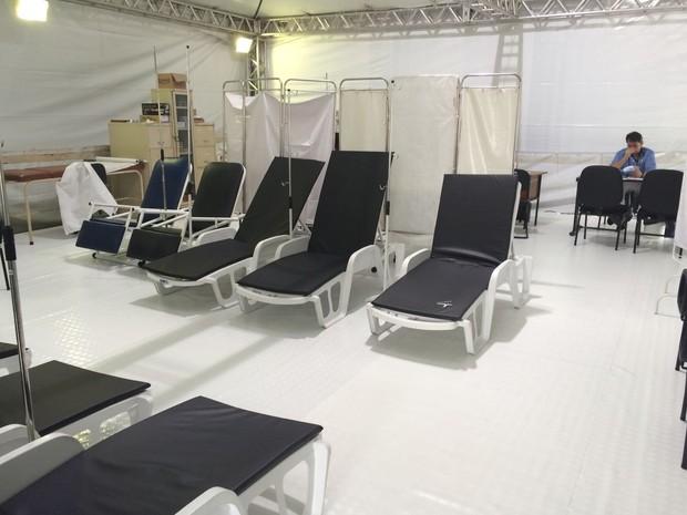 Macas vazias em tenda de atendimento a dengue (Foto: Paula Paiva Paulo/G1)