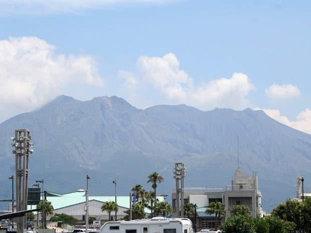 Vista da cidade de of Kagoshima, no sul do Japão, mosta o vulcão Sakurajima (Foto: JAPAN OUT AFP PHOTO / JIJI PRESS)