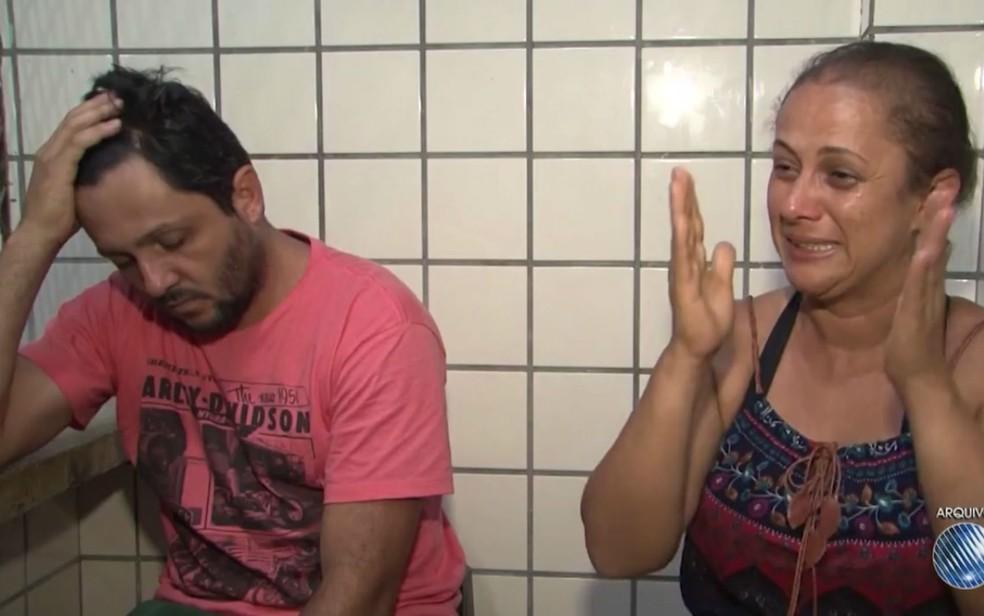 Pais alegaram que bebê morreu após cair de carro em movimento na BA. (Foto: Reprodução/TV Santa Cruz)