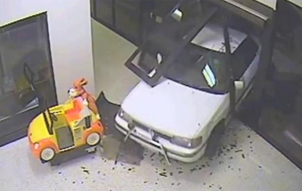 Dupla derruboucom veículo utilitário porta de shopping em Canberra (Foto: Reprodução/YouTube/ACTPolicing)