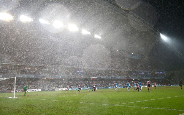 Manchester City e Sunderland jogo chuva Hong Kong (Foto: Getty Images)