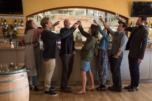 O ator Fred Savage com seus colegas de elenco em Friends from College (Foto: Divulgação)