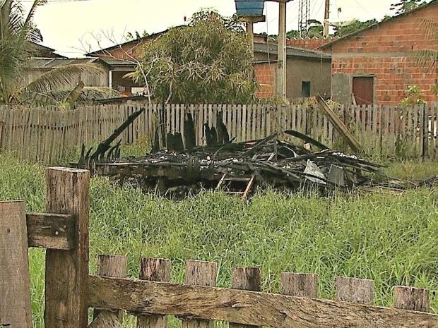 Nenhuma das duas famílias estava no local no momento do incêndio (Foto: Reprodução/TV Acre)