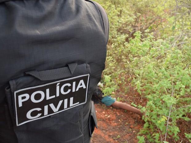 Corpo de menino foi achado morto em matagal, na tarde de quarta-feira (Foto: Lay Amorim/ Brumado Notícias)